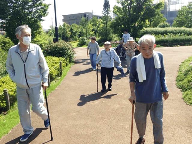 デイサービス 公園での歩行リハビリ